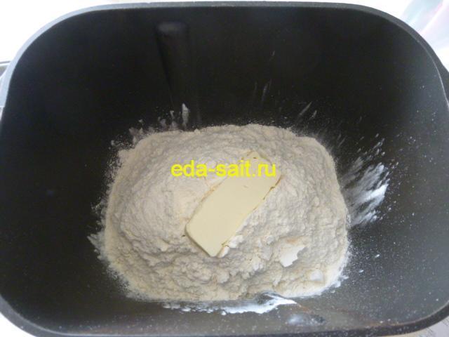 Добавить к французскому хлебу сливочное масло