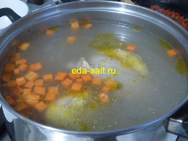 Заложить в щи из свежей капусты картошку и морковь