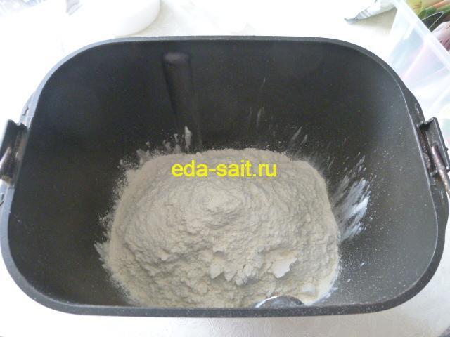 Просеять муку и высыпать в форму для хлебопечки