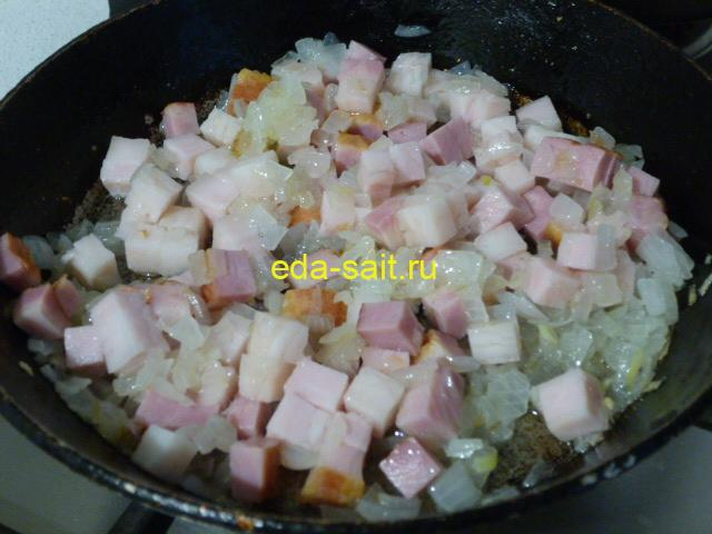 Добавить к луку свиную грудинку