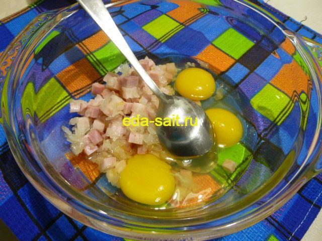 Добавить в начинку для пирога из яблок яйца