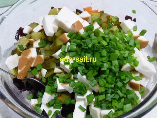 Добавить в салат с колбасным сыром и свеклой зелень