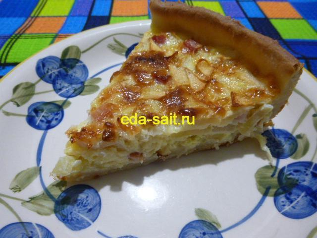 Кусочек пирога из яблок и лука