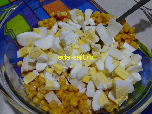 Нарезать яйца в салат