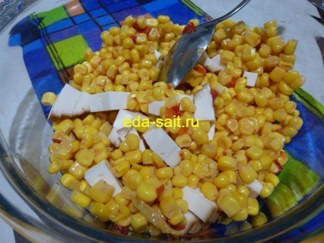 Нарезать колбасный сыр и добавить кукурузу