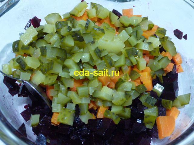 Нарезать огурцы в салат