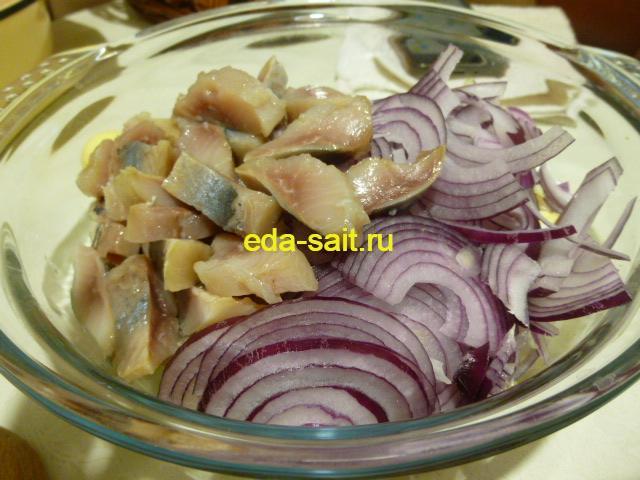 Нарезать селедку в салат