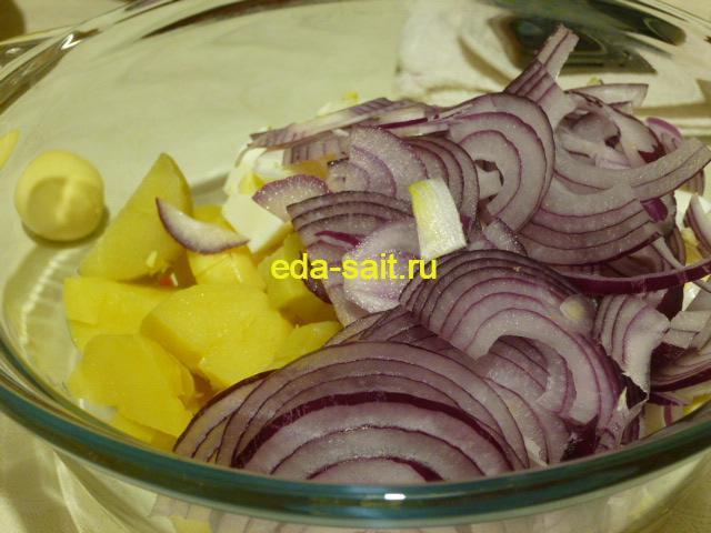Нарезать сиреневый лук в салат с селедкой