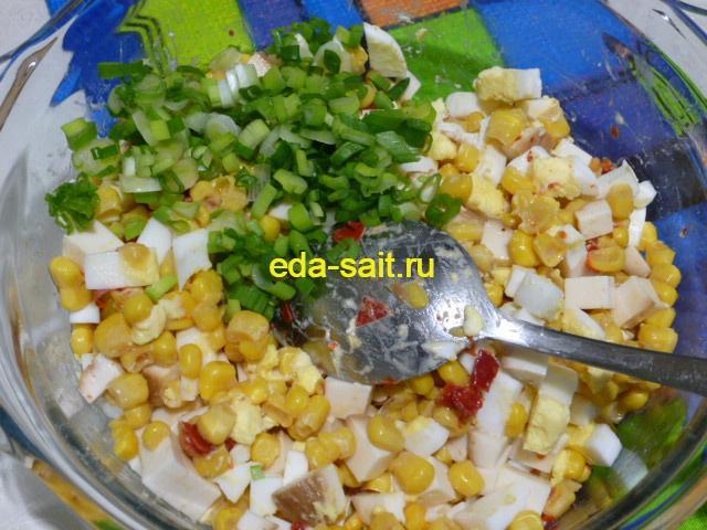 Нарезать зеленый лук в салат с колбасным сыром