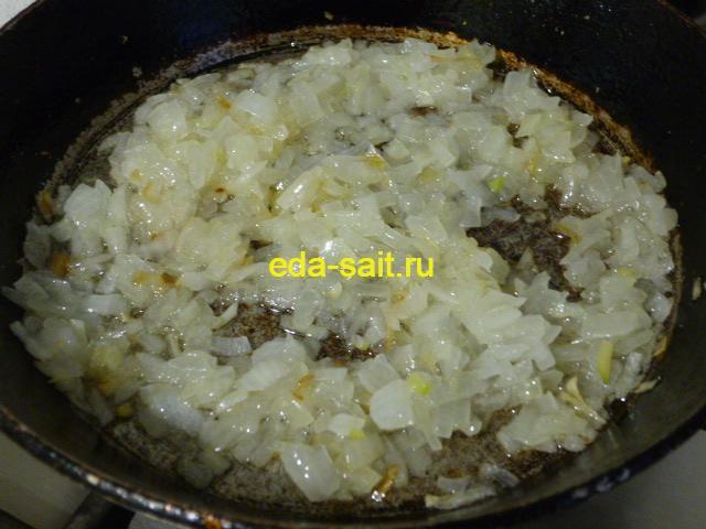 Обжарить лук для пирога из яблок