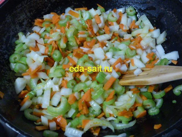 Обжарить лук, морковь и стебли сельдерея