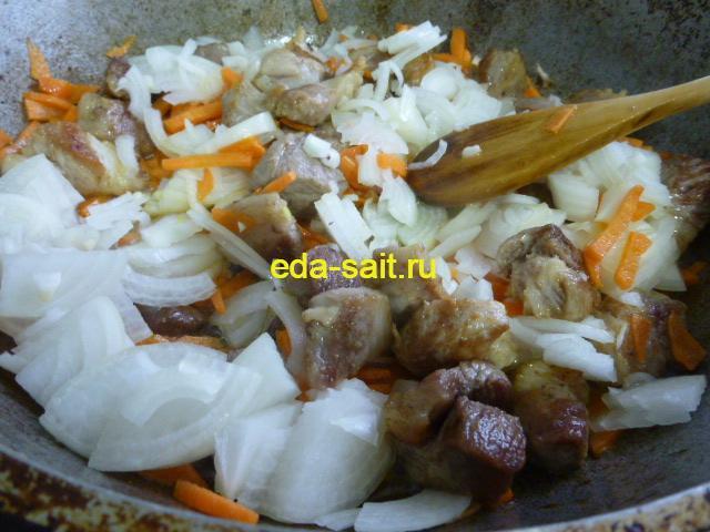 Обжарить свинину с луком и морковью