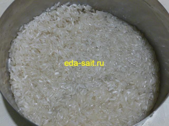 Промыть рис для рассольника на курином бульоне