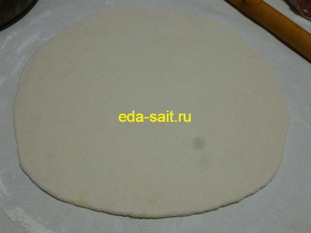 Раскатать творожное тесто для яблочного пирога