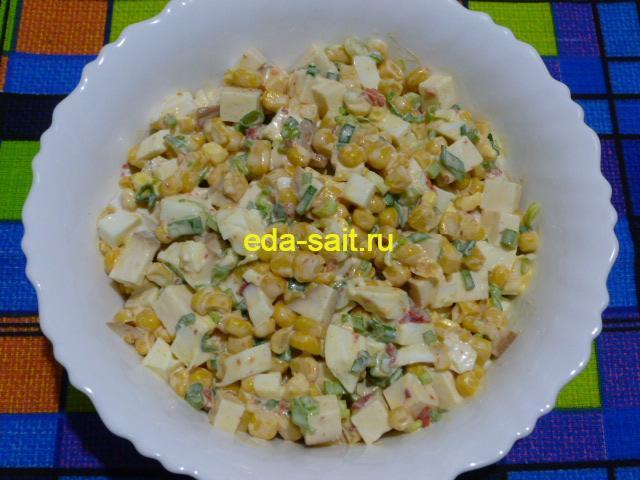 Салат с колбасным сыром и кукурузой фото