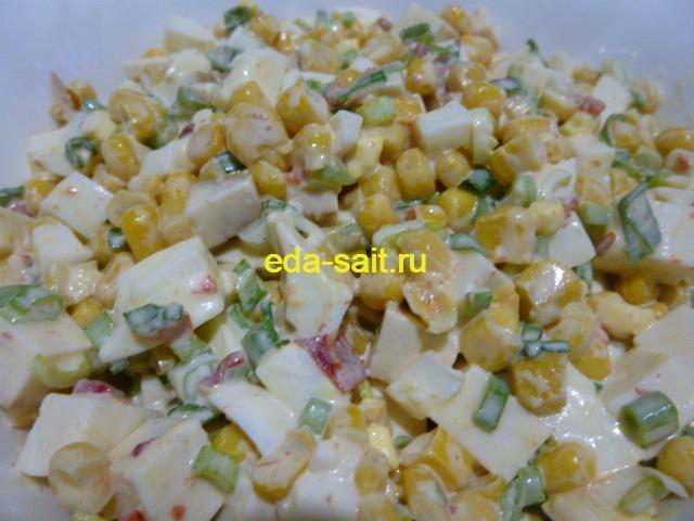 Салат с колбасным сыром и кукурузой