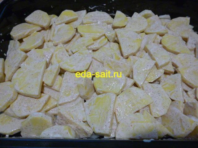 Выложить картошку поверх лука в форму