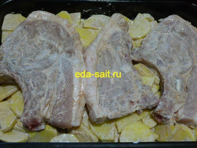 Выложить поверх картошки стейки из свинины