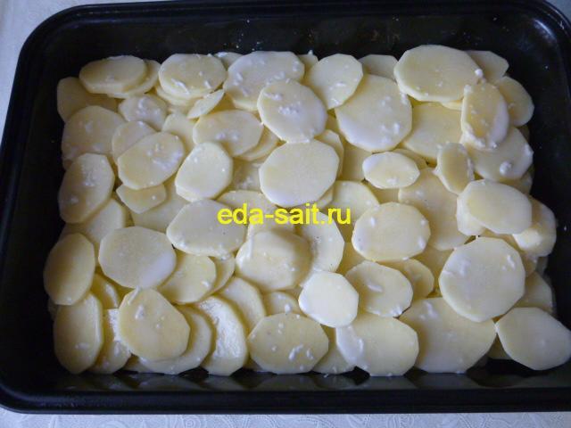 Выложить поверх лука картошку