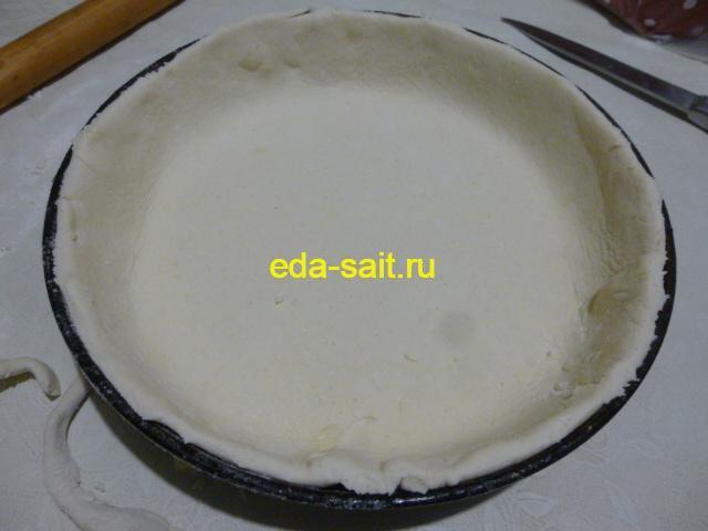 Выложить творожное тесто в форму