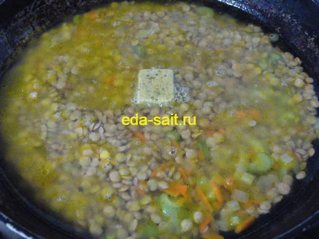 Залить чечевицу с луком и морковью водой