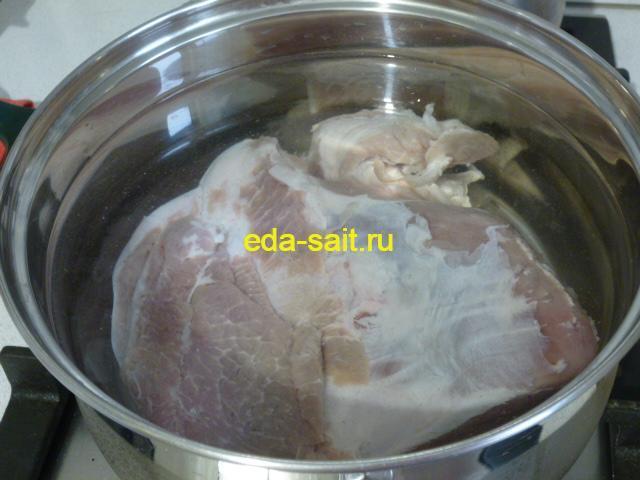 Залить свинину водой