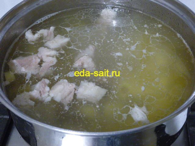 Заложить свинину в похлебку с картошкой