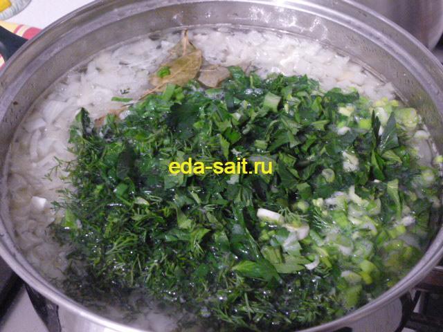 Закладываем зелень и лавровый лист в картофельную похлебку