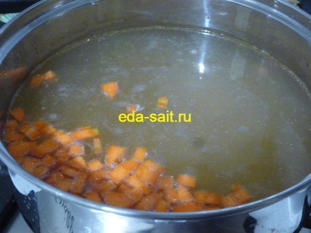 Заложить в рыбный суп картошку и морковь