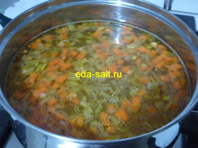 Заложить в рыбный суп обжаренные овощи