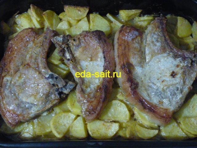 Запеченные свиные стейки с картошкой