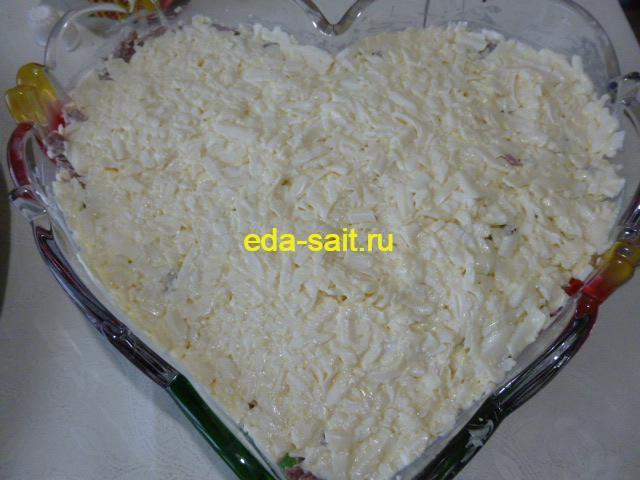 Четвертый слой салата со свеклой сыр, чеснок и майонез