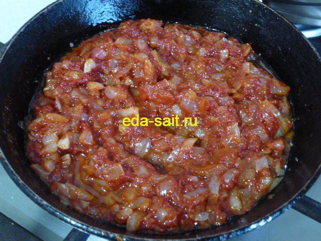 Добавить к луку томатную пасту