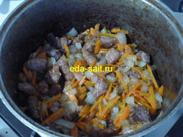 Добавить в плов лук и морковь
