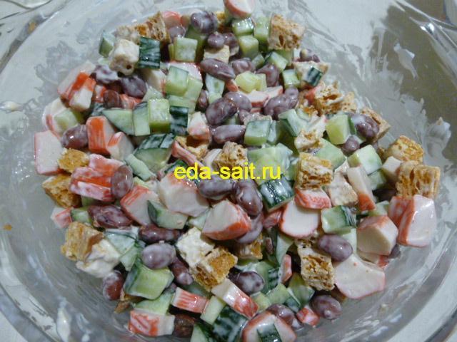 Добавить в салат с фасолью и крабовыми палочками майонез