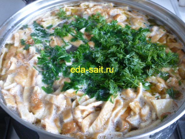Добавить в суп с курицей и консервированной кукурузой зелень