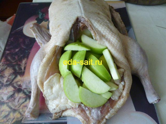 Наполнить утку яблоками