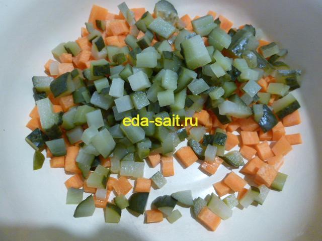 Нарезанные огурцы и морковь для рыбной солянки