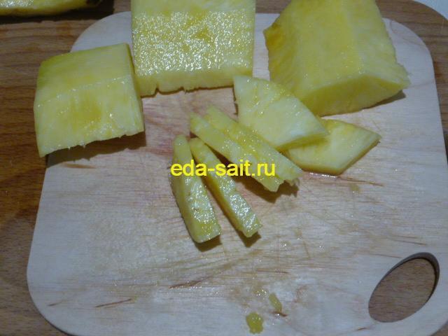 Нарезать ананас кусочками