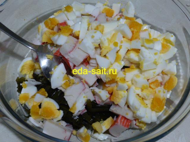 Нарезать яйца в салат с морской капустой и крабовым мясом