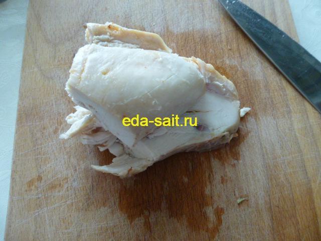 Нарезать куриное мясо в салат с черешковым сельдереем