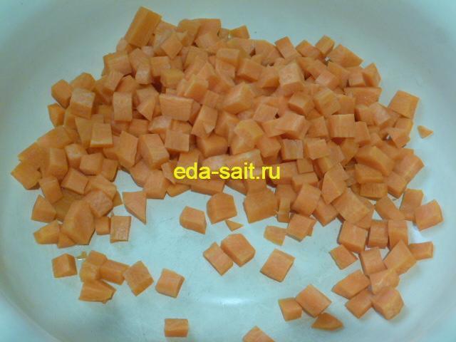 Нарезать морковь для рыбной солянки