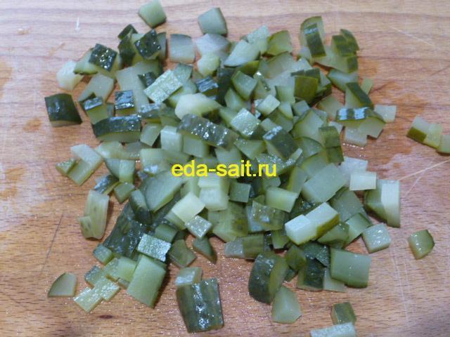 Нарезать соленые огурцы для солянки из рыбы