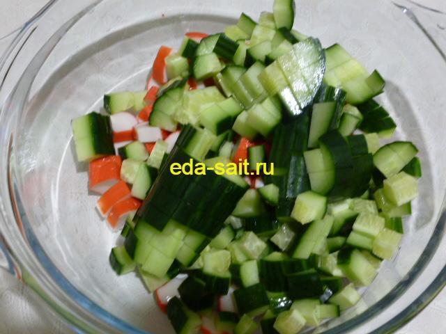 Нарезать в салат с фасолью свежий огурец