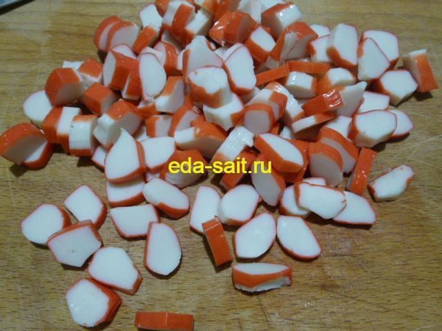 Нарезать крабовые палочки для салата