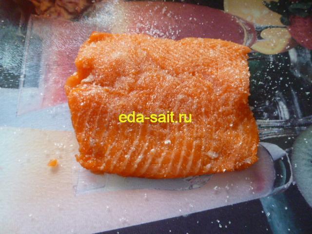 Обмазать филе форели солью и сахаром