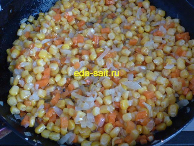 Обжарить овощи с кукурузой для супа с курицей