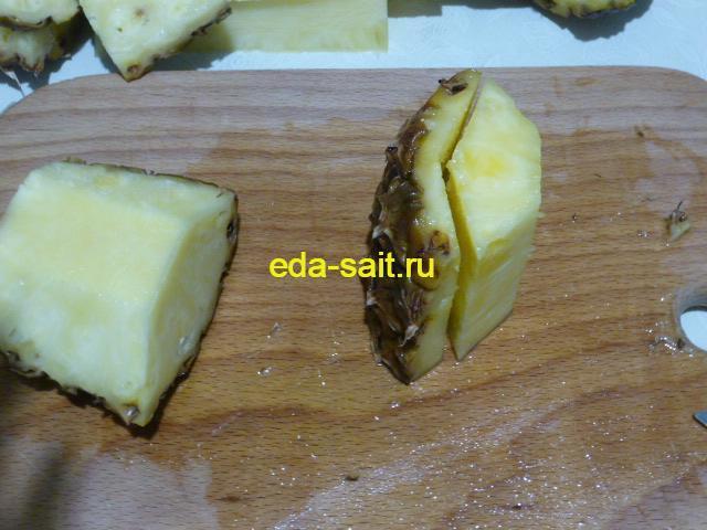Отрезать у ананаса кожуру