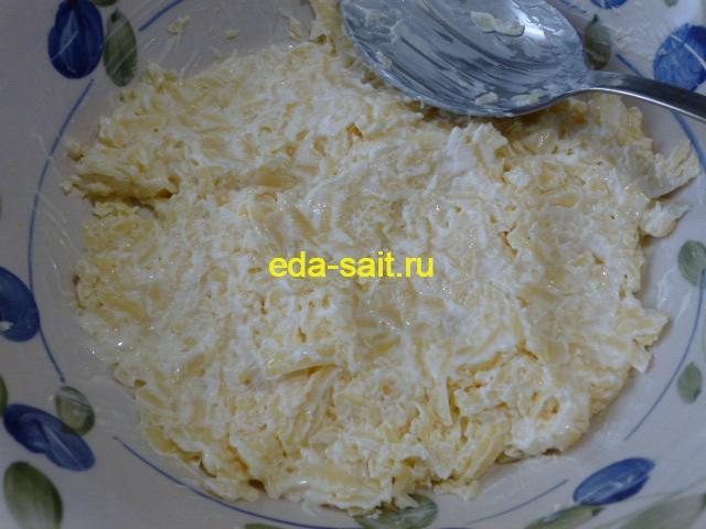 Перемешать сыр с майонезом