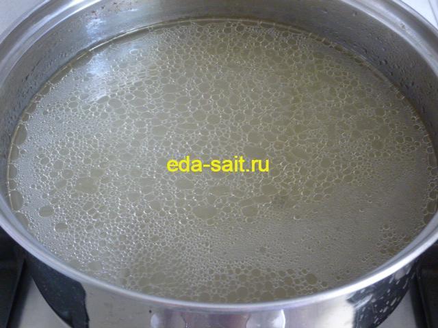 Процедить куриный бульон для супа с кукурузой